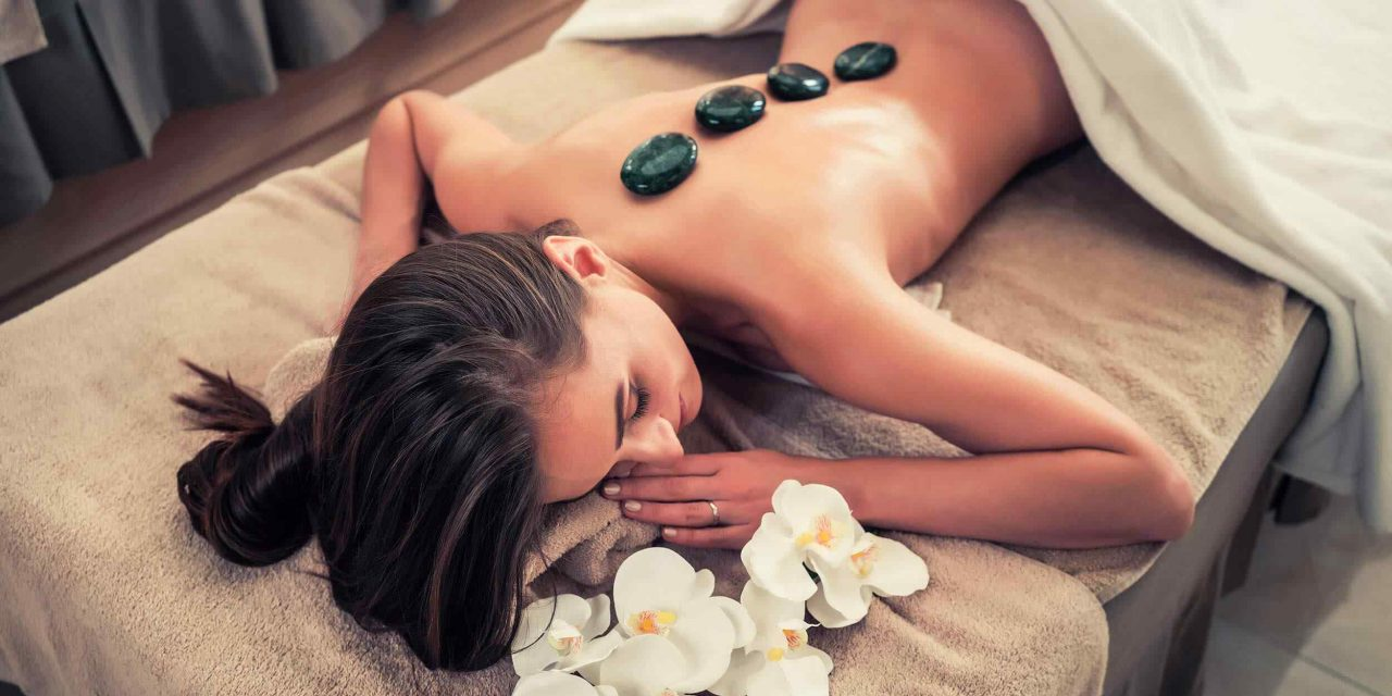 https://www.coiffurelaplace.fr/wp-content/uploads/2018/10/spa-stone-massage-3-1280x640.jpg